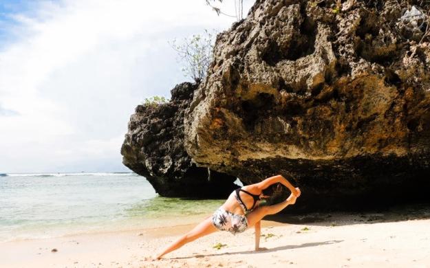 bali-yoga-teaching-laurie-pink-pack-21