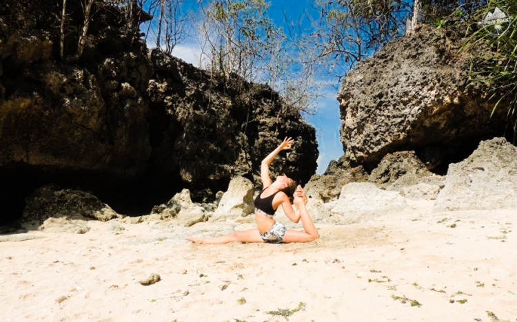 bali-yoga-teaching-laurie-pink-pack-22