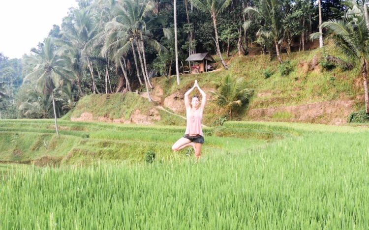 bali-yoga-teaching-laurie-pink-pack-6