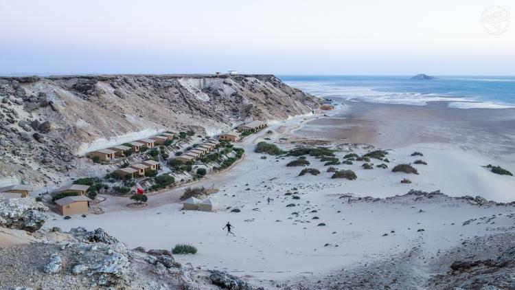 A gauche en premier plan, le quartier Wind Hunter. Vous longez la dune vers le fond et vous arrivez au camp principal