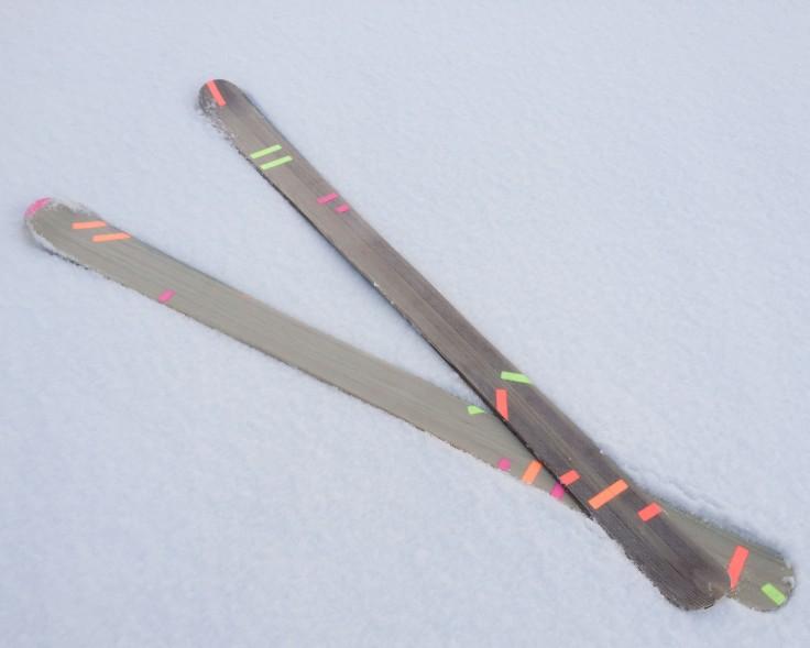 Skibau_Ski im Schnee